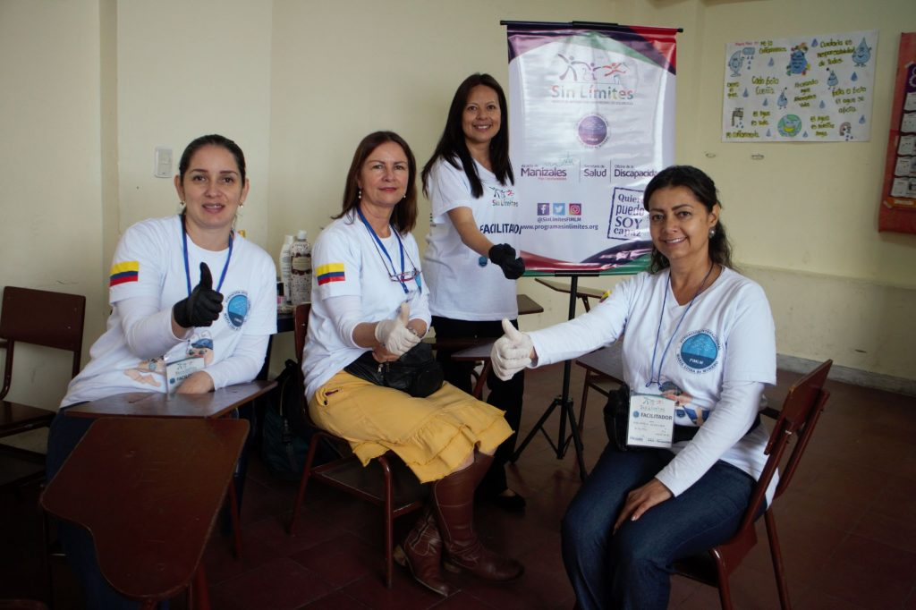 Equipo de voluntarios encargados de la zona bienestar con el spa de manos.